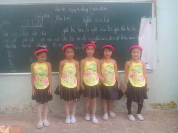 Lớp không có cô giáo, thầy chủ nhiệm kiêm luôn chức thợ trang điểm cây nhà lá vườn - Ảnh 4.
