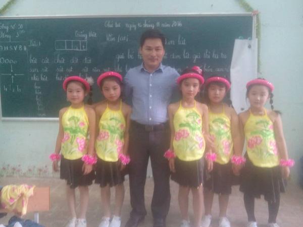 Lớp không có cô giáo, thầy chủ nhiệm kiêm luôn chức thợ trang điểm cây nhà lá vườn - Ảnh 5.