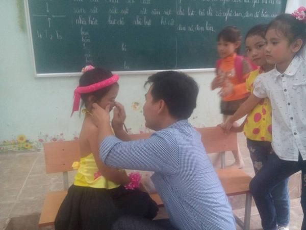 Lớp không có cô giáo, thầy chủ nhiệm kiêm luôn chức thợ trang điểm cây nhà lá vườn - Ảnh 3.
