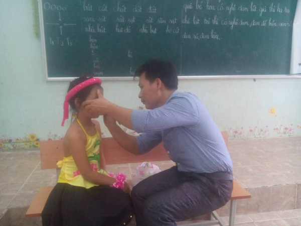 Lớp không có cô giáo, thầy chủ nhiệm kiêm luôn chức thợ trang điểm cây nhà lá vườn - Ảnh 2.