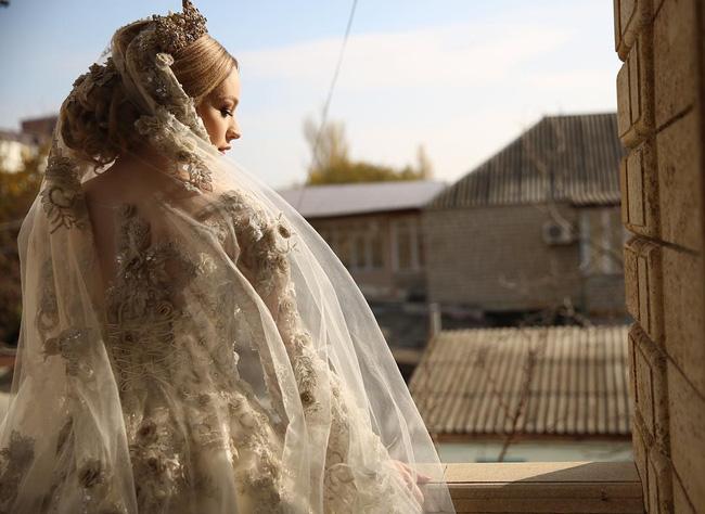 Cận cảnh chiếc váy cưới lộng lẫy đến choáng ngợp của cô dâu Nga đang làm náo loạn mạng xã hội - Ảnh 9.