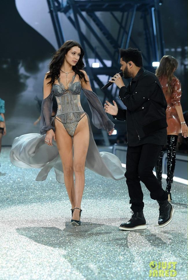 Khoảnh khắc gặp lại bồ cũ của Bella Hadid và The Weeknd tại Victorias Secret khiến dân mạng bình luận rầm rộ - Ảnh 2.