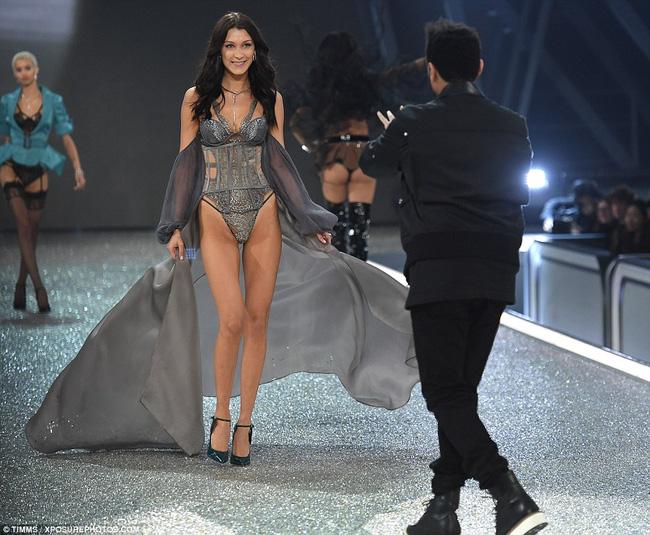 Khoảnh khắc gặp lại bồ cũ của Bella Hadid và The Weeknd tại Victorias Secret khiến dân mạng bình luận rầm rộ - Ảnh 1.
