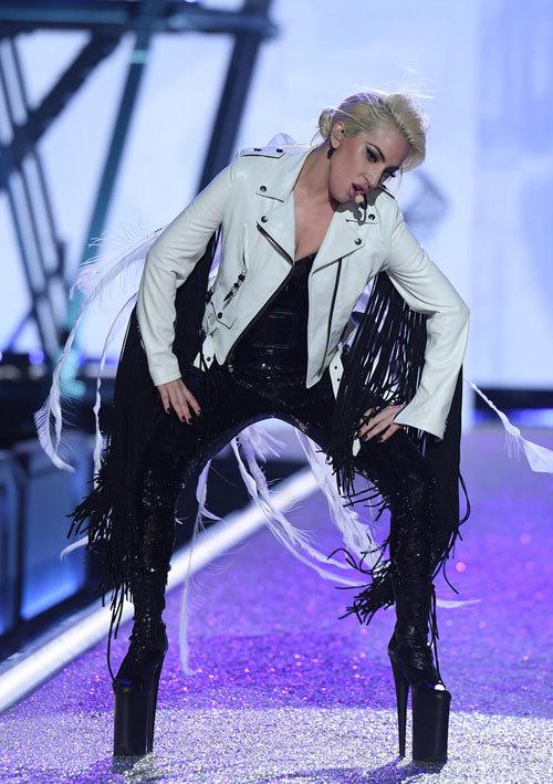 Cao 1m55, Lady Gaga phải đi giày siêu khủng để đứng bên các thiên thần Victorias Secret - Ảnh 1.
