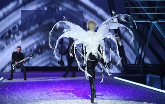 Cao 1m55, Lady Gaga phải đi giày siêu khủng để đứng bên các thiên thần Victorias Secret - Ảnh 4.