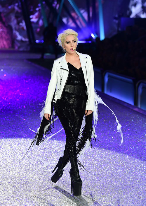 Cao 1m55, Lady Gaga phải đi giày siêu khủng để đứng bên các thiên thần Victorias Secret - Ảnh 2.