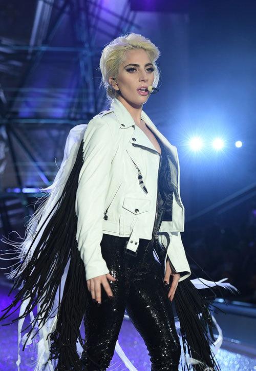 Cao 1m55, Lady Gaga phải đi giày siêu khủng để đứng bên các thiên thần Victorias Secret - Ảnh 3.