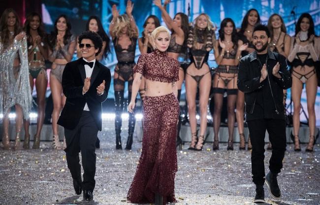 Cao 1m55, Lady Gaga phải đi giày siêu khủng để đứng bên các thiên thần Victorias Secret - Ảnh 10.