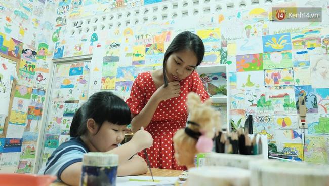 Gặp người đứng sau những bức tranh sắc màu trong ngõ hẻm Sài Gòn: nữ giáo viên dạy vẽ cho trẻ tự kỷ - Ảnh 1.