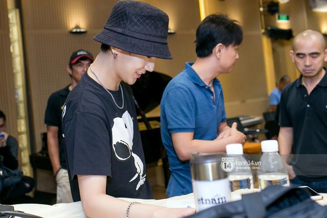 Độc quyền: Loạt hình cực nét, rõ mặt Yesung tại phòng thu Việt Nam! - Ảnh 7.