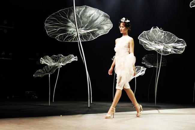 Cần gì đi đâu xa khi mở mắt ra là thấy 7 sân khấu thời trang đẹp như thế này ngay tại Việt Nam! - Ảnh 15.