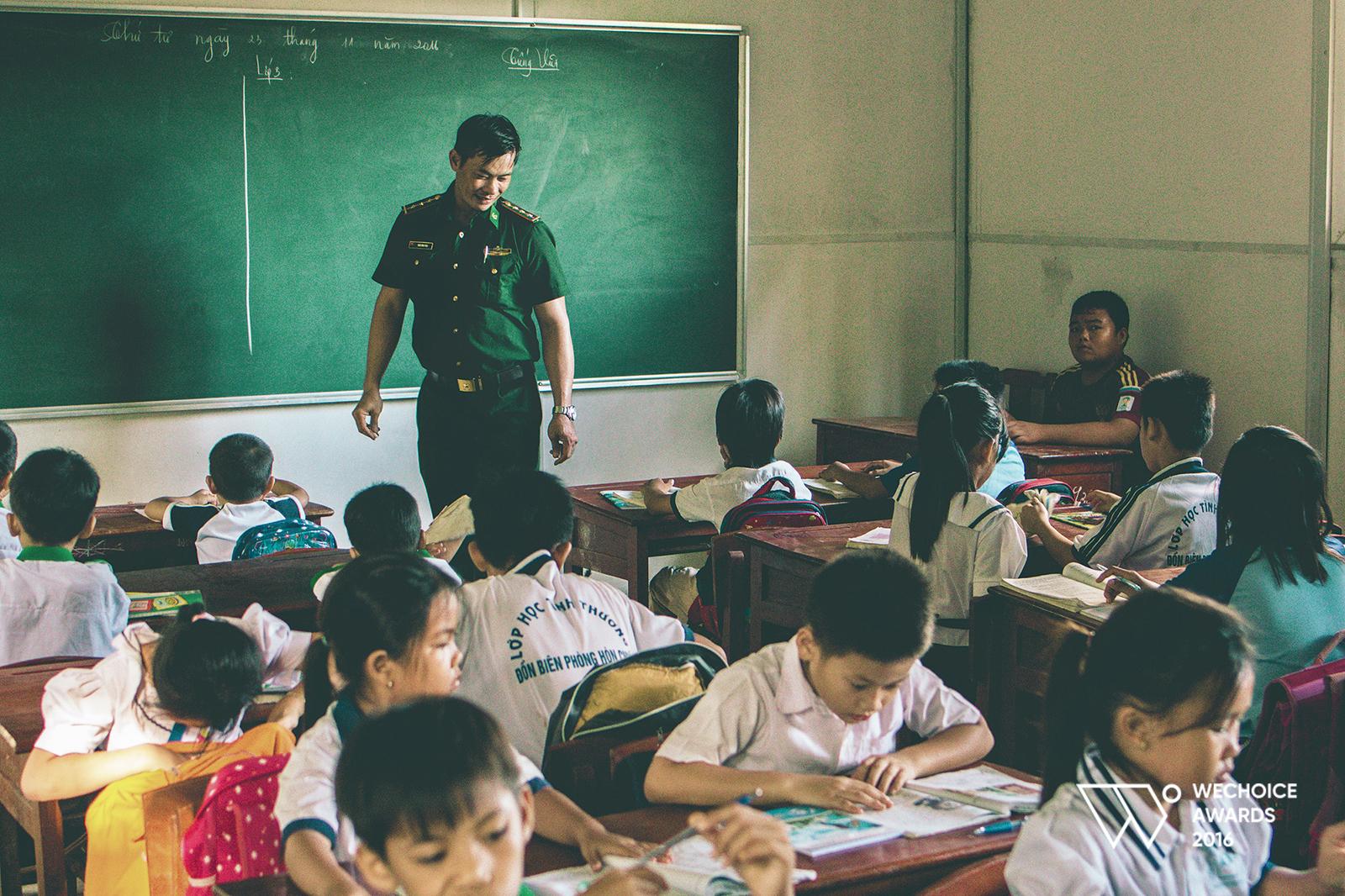 Lớp học 0 đồng nằm giữa biển của thầy giáo bị ung thư máu và tụi con nít nghèo - Ảnh 12.