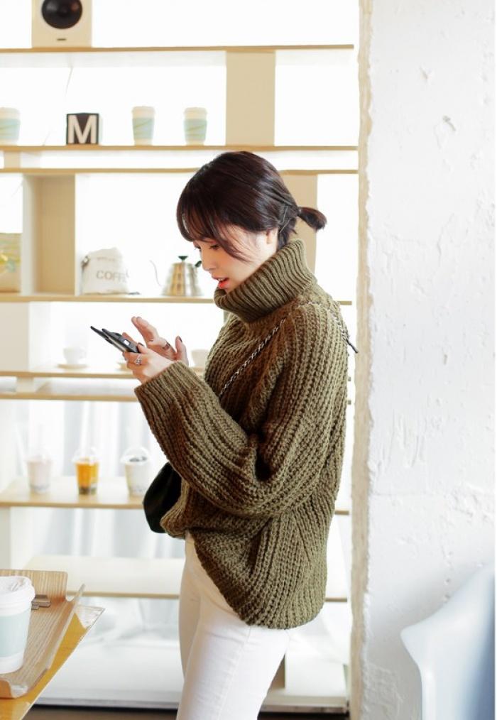 4 tips mặc áo len cổ lọ thật phong cách trong ngày trở lạnh - Ảnh 6.