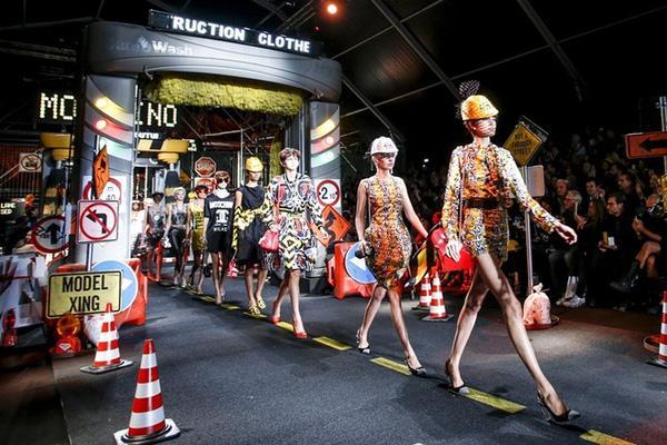 Trung thành với phong cách châm biếm vui nhộn, show diễn của Moschino luôn là một trong những show thời trang được làng mốt chờ đợi.