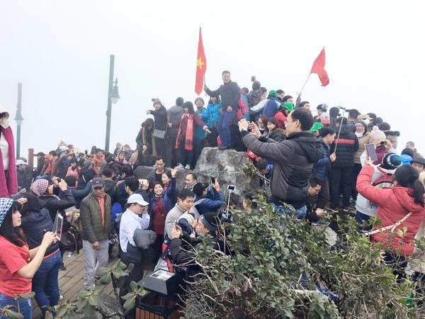 Bức ảnh hàng trăm người chen chân để check in trên đỉnh Fansipan gây choáng - Ảnh 1.