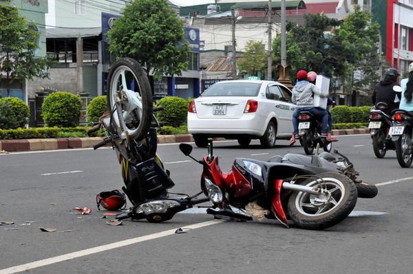 Điều gì đã khiến người ta không đủ can đảm dừng xe lại hay đón một nạn nhân vương vãi máu lên xe của mình? - Ảnh 1.
