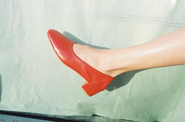 """Giày """"bà ngoại"""" - Đôi giày siêu hay ho bạn không thể bỏ qua hè này"""