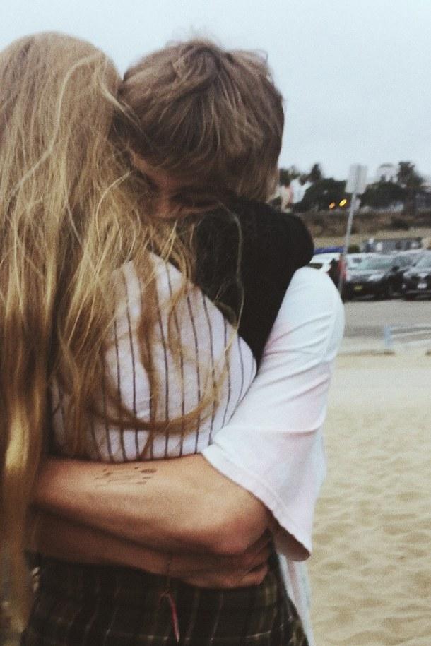 фото красивых влюбленных пар целующихся со спины где девушка блондинка свою задницу