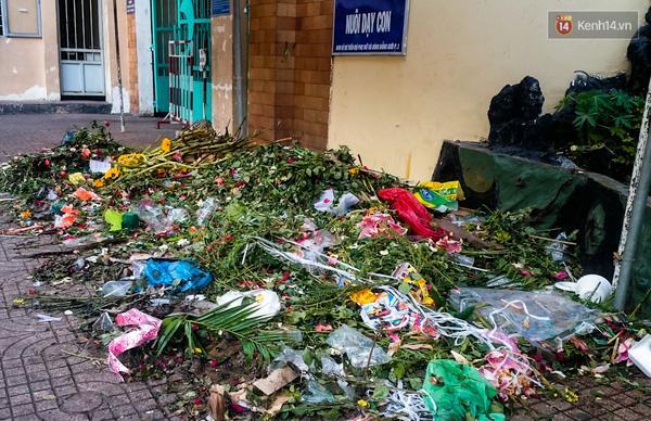 Hậu 8/3, hàng tấn hoa tươi chất thành núi rác ở Sài Gòn - Ảnh 5.