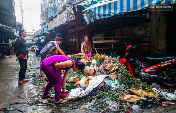 Hậu 8/3, hàng tấn hoa tươi chất thành núi rác ở Sài Gòn - Ảnh 3.