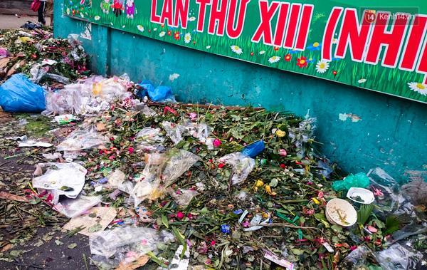 Hậu 8/3, hàng tấn hoa tươi chất thành núi rác ở Sài Gòn - Ảnh 4.