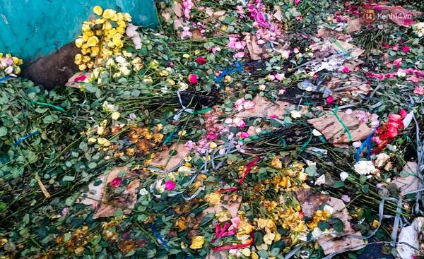 Hậu 8/3, hàng tấn hoa tươi chất thành núi rác ở Sài Gòn - Ảnh 6.
