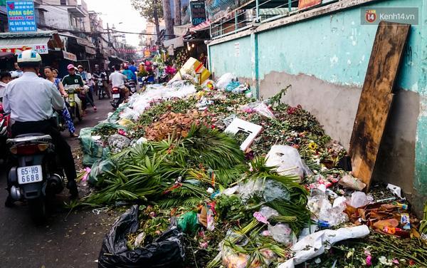 Hậu 8/3, hàng tấn hoa tươi chất thành núi rác ở Sài Gòn - Ảnh 1.