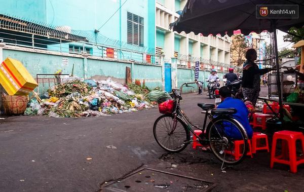 Hậu 8/3, hàng tấn hoa tươi chất thành núi rác ở Sài Gòn - Ảnh 8.