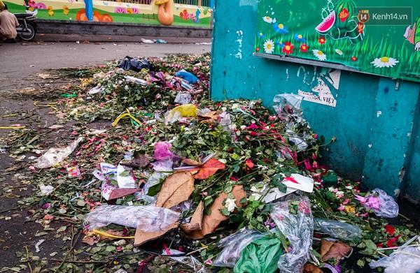 Hậu 8/3, hàng tấn hoa tươi chất thành núi rác ở Sài Gòn - Ảnh 7.