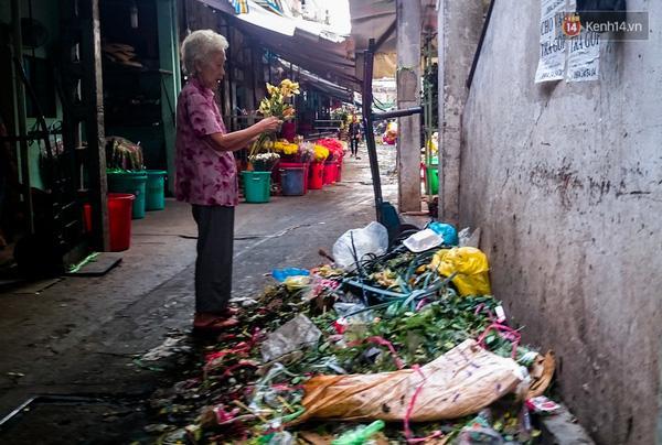 Hậu 8/3, hàng tấn hoa tươi chất thành núi rác ở Sài Gòn - Ảnh 2.