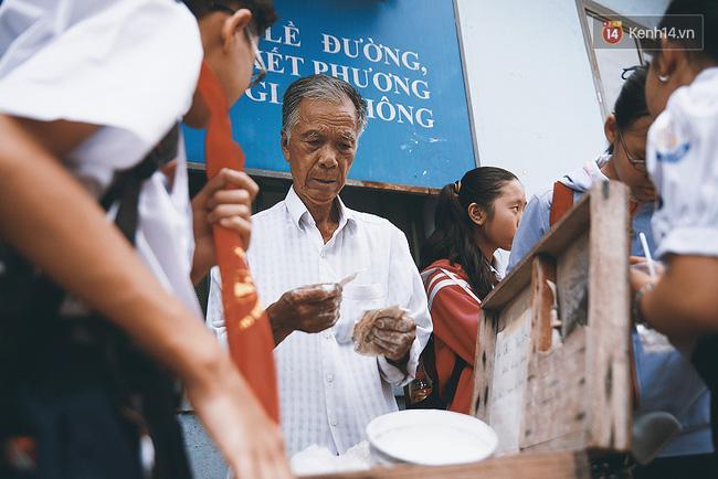 Ông già kẹo chỉ và dư vị của món ăn tuổi thơ ngỡ đã biến mất ở Sài Gòn - Ảnh 10.