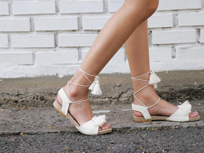 8 kiểu sandal đế bệt trendy nhất mùa hè này - Ảnh 21.