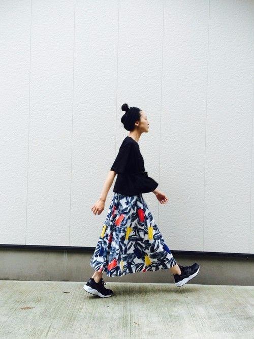 Váy maxi và giày sneakers - combo cực chất cho ngày hè