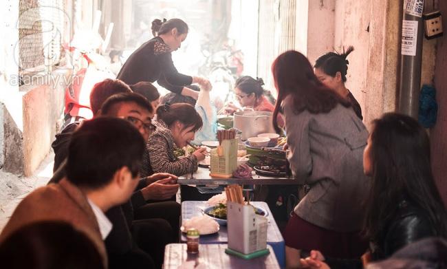 Ngày nghỉ đầu năm, nhất định phải ghé qua hàng bún chả kẹp que tre 30 năm ngõ Phất Lộc đến cái khói cũng thơm - Ảnh 2.