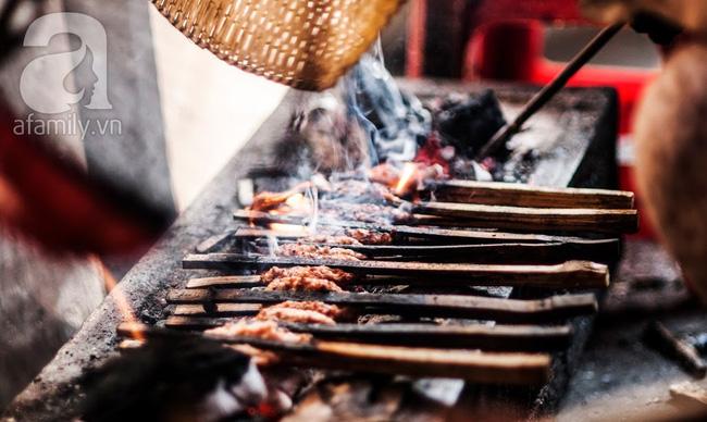 Ngày nghỉ đầu năm, nhất định phải ghé qua hàng bún chả kẹp que tre 30 năm ngõ Phất Lộc đến cái khói cũng thơm - Ảnh 5.