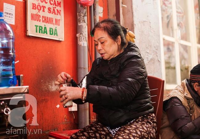 """Ngày nghỉ đầu năm, nhất định phải ghé qua hàng bún chả kẹp que tre 30 năm ngõ Phất Lộc """"đến cái khói cũng thơm"""""""