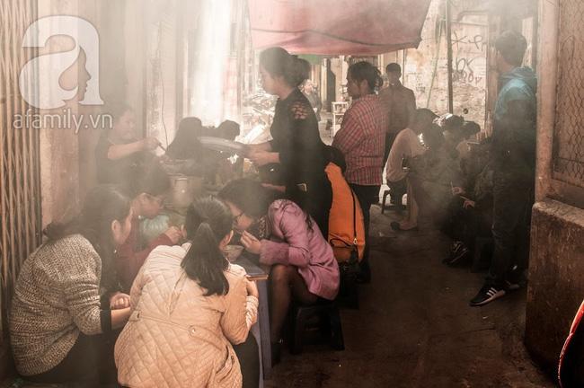 Ngày nghỉ đầu năm, nhất định phải ghé qua hàng bún chả kẹp que tre 30 năm ngõ Phất Lộc đến cái khói cũng thơm - Ảnh 12.