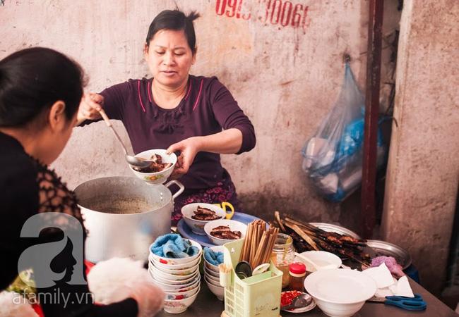 Ngày nghỉ đầu năm, nhất định phải ghé qua hàng bún chả kẹp que tre 30 năm ngõ Phất Lộc đến cái khói cũng thơm - Ảnh 20.