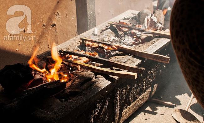 Ngày nghỉ đầu năm, nhất định phải ghé qua hàng bún chả kẹp que tre 30 năm ngõ Phất Lộc đến cái khói cũng thơm - Ảnh 11.