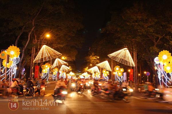 Sài Gòn đã thay đổi cách trang trí đường phố dịp Tết như thế nào trong 5 năm qua? - Ảnh 4.