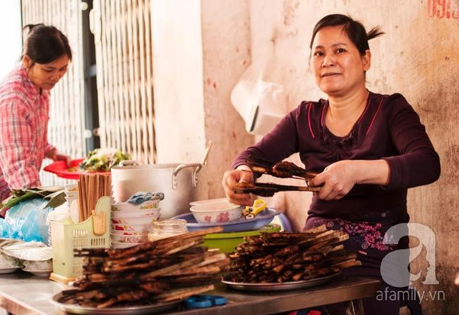 Ngày nghỉ đầu năm, nhất định phải ghé qua hàng bún chả kẹp que tre 30 năm ngõ Phất Lộc đến cái khói cũng thơm - Ảnh 1.