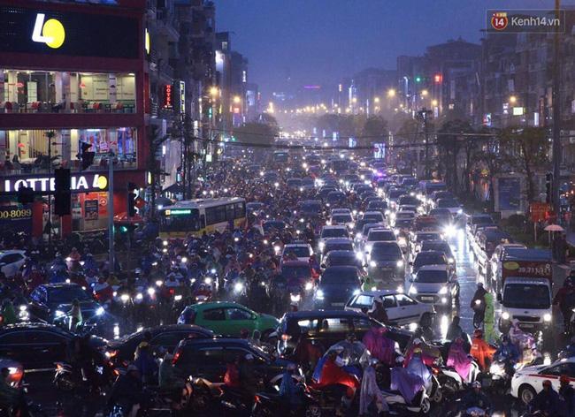 Chùm ảnh: Mưa gió vào giờ tan tầm, ô tô xếp hàng dài ở khu vực Xã Đàn - hầm Kim Liên