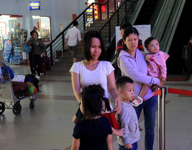 Lỡ tàu về quê, hành khách khóc như mưa tại ga Sài Gòn - Ảnh 1.