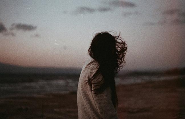 Thế gian có lắm chuyện tình, nhưng yêu xa lại buồn hơn cả... - Ảnh 1.