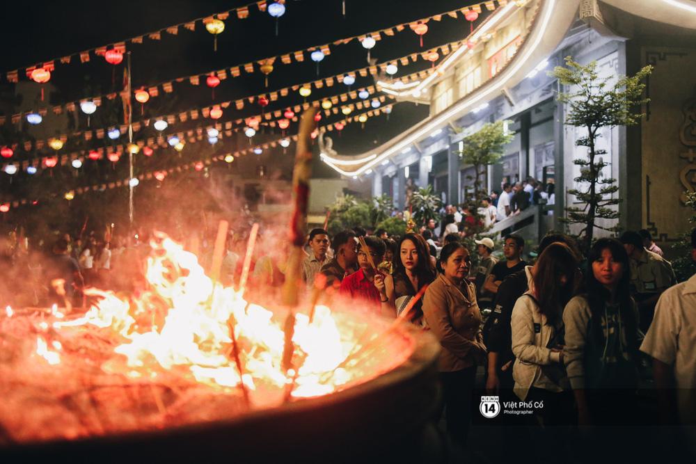 Sau thời khắc giao thừa, rất đông người dân đi chùa cầu năm mới bình an - Ảnh 11.