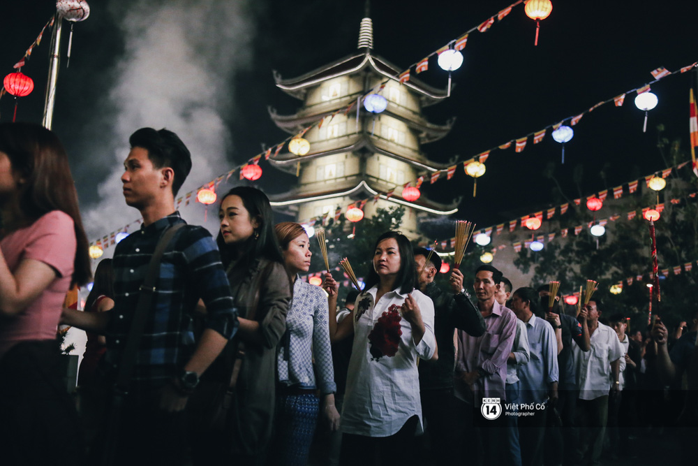 Sau thời khắc giao thừa, rất đông người dân đi chùa cầu năm mới bình an - Ảnh 24.