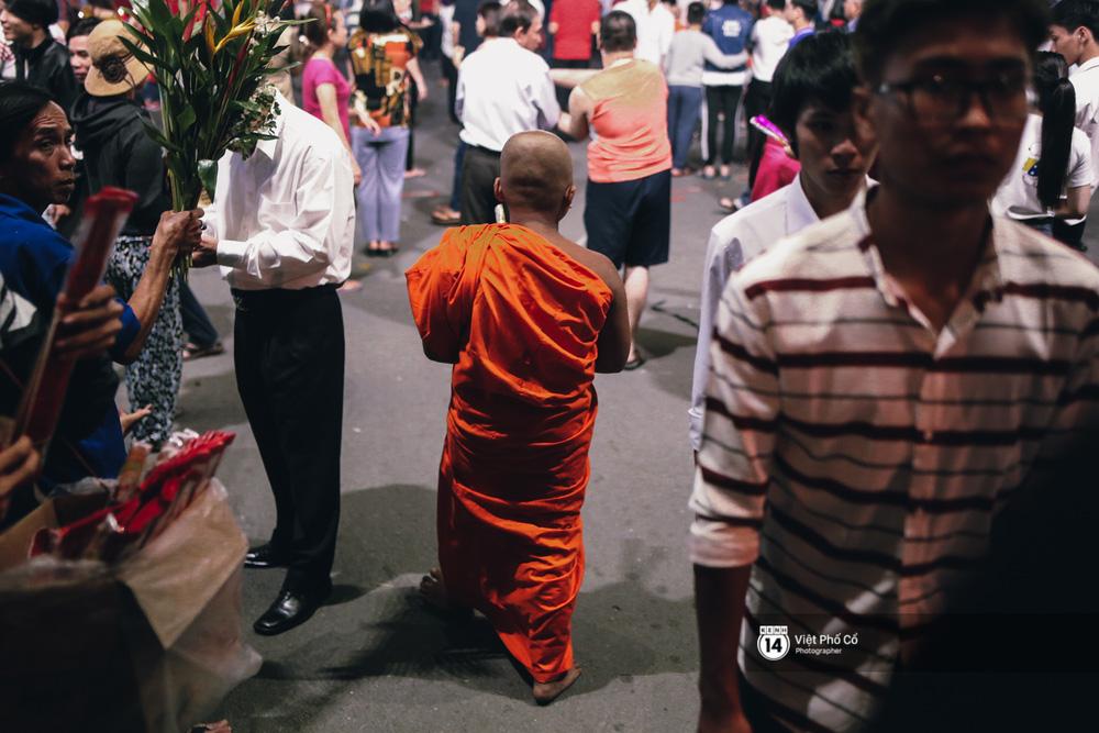 Sau thời khắc giao thừa, rất đông người dân đi chùa cầu năm mới bình an - Ảnh 30.