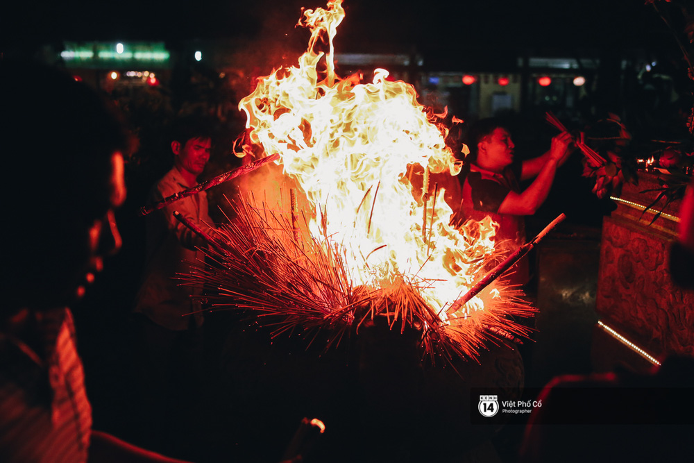 Sau thời khắc giao thừa, rất đông người dân đi chùa cầu năm mới bình an - Ảnh 9.