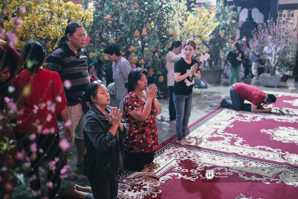Sau thời khắc giao thừa, rất đông người dân đi chùa cầu năm mới bình an - Ảnh 16.