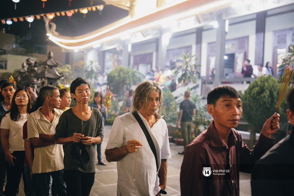 Sau thời khắc giao thừa, rất đông người dân đi chùa cầu năm mới bình an - Ảnh 5.